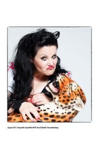 Zimmermädchen kämpft mit Leopard